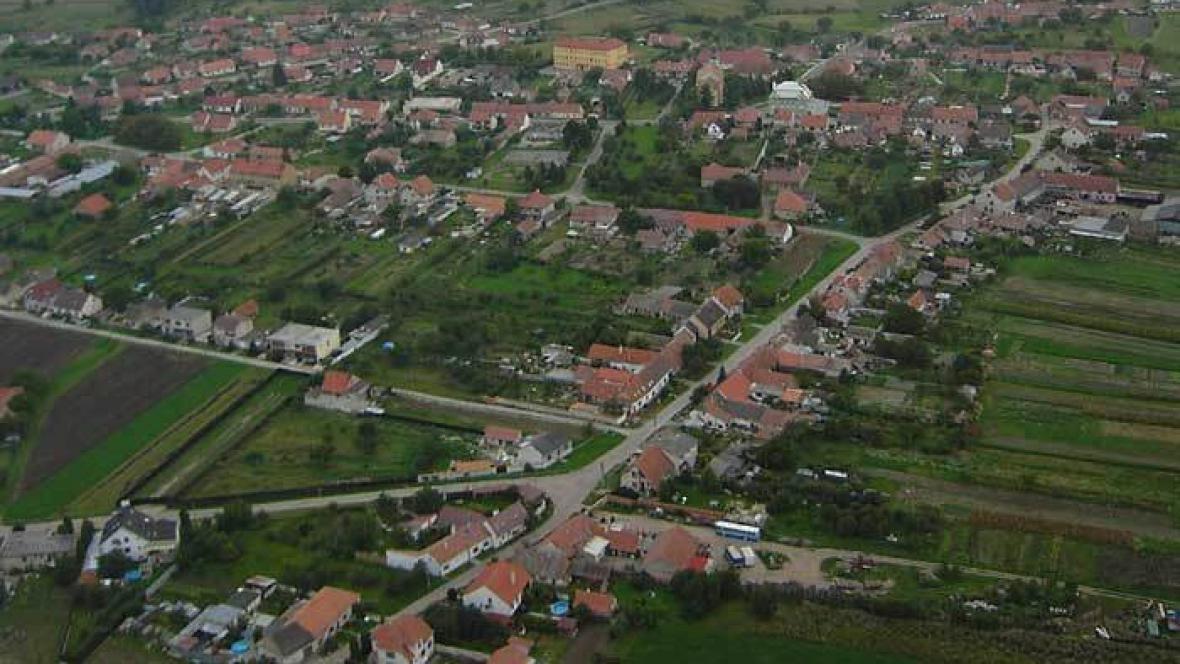 Letecký snímek obce Vlasatice na Brněnsku