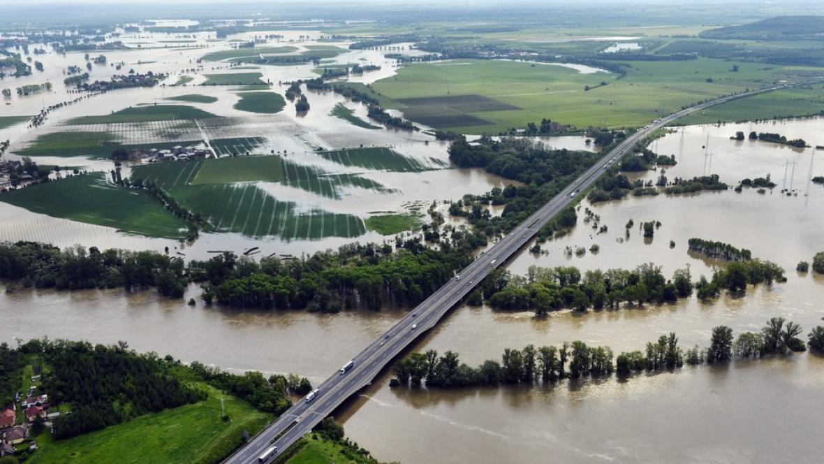 Dálnice D8 nad rozvodněnou Vltavou 4. června u Veltrus na Mělnicku