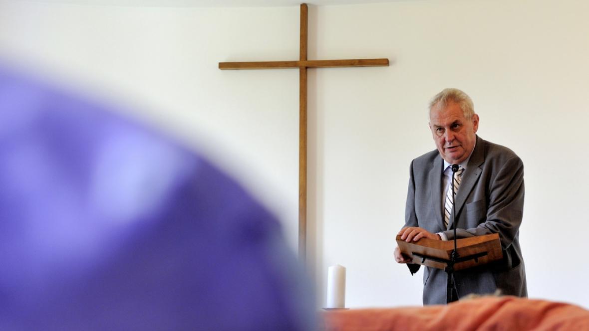 Zeman na návštěvě hospicu v Červeném Kostelci