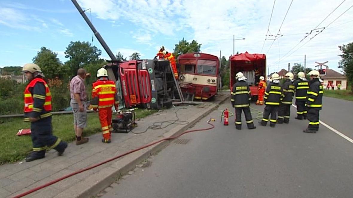 Srážka osobního vlaku s nákladním autem