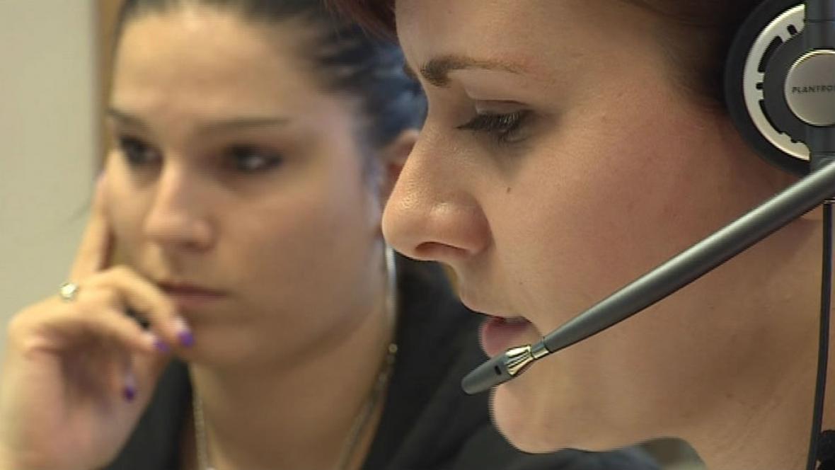 Zaměstnankyně call centra při práci