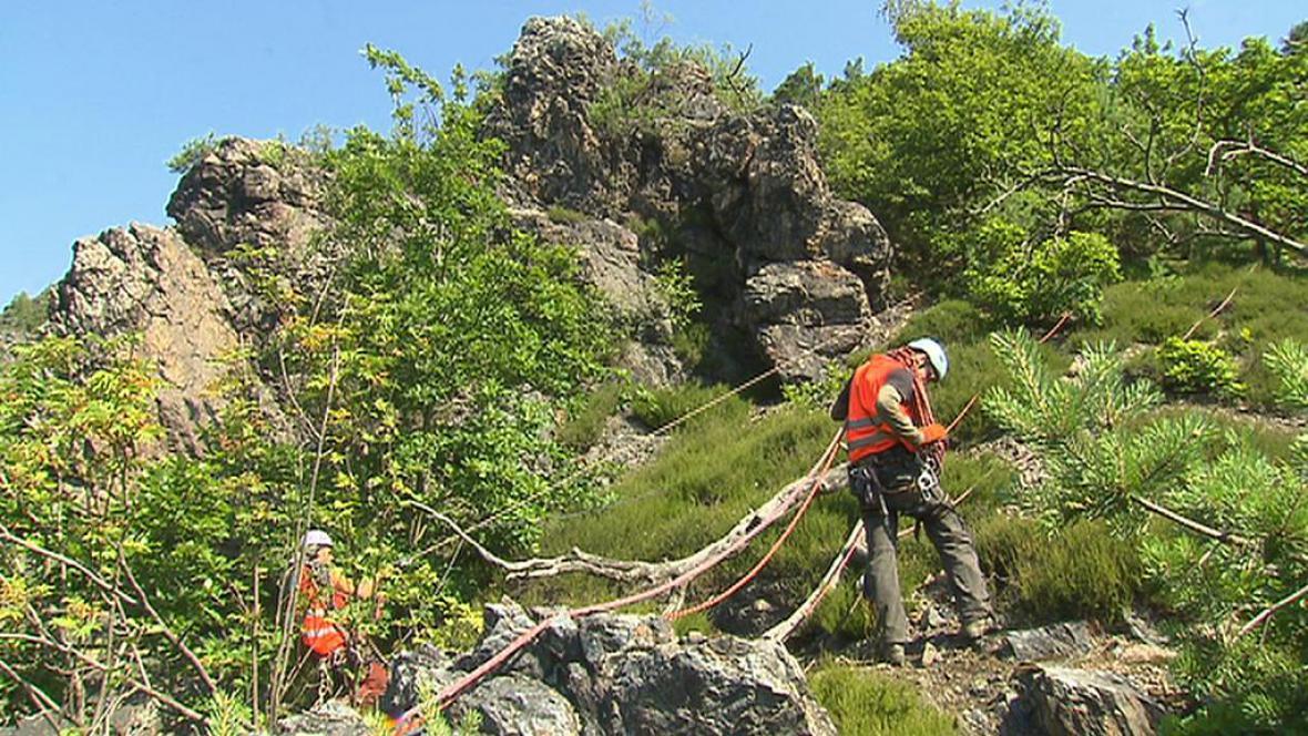 Horolezci ostraňují nebezpečné kameny v Šáreckém údolí