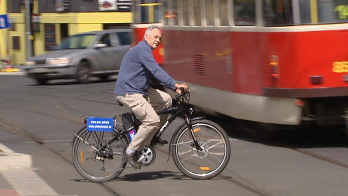 Cyklista na elektrokole v Praze