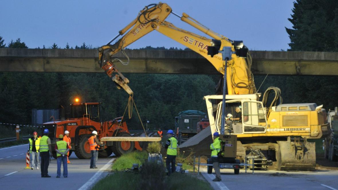 Bourání mostu na 107. kilometru D1