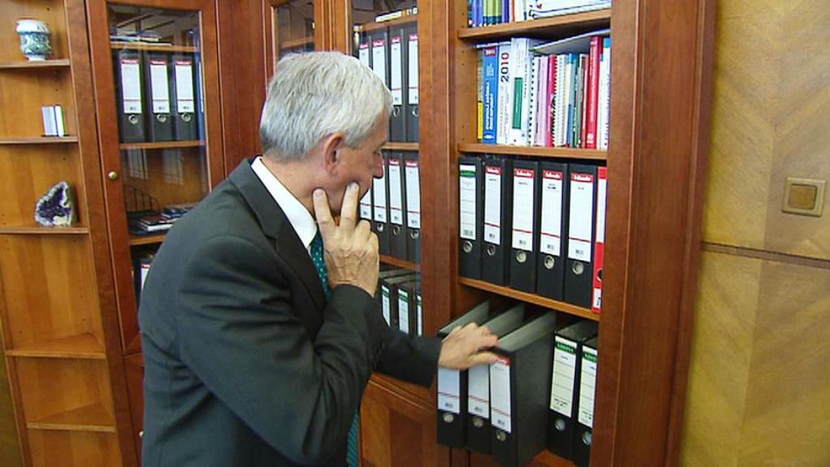 Leoš Heger vyklízí kancelář ministra