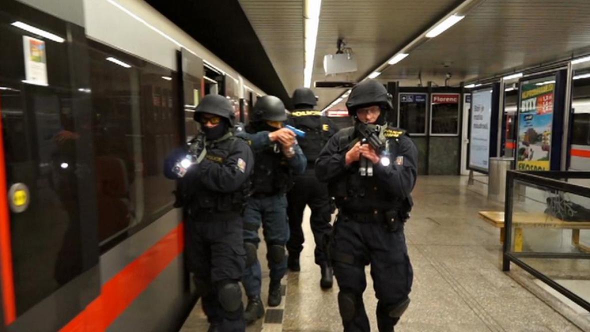 Nácvik zásahu proti střelci v metru