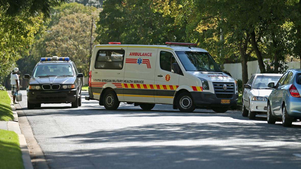 Sanitka odváží Nelsona Mandelu z nemocnice do domácího ošetření