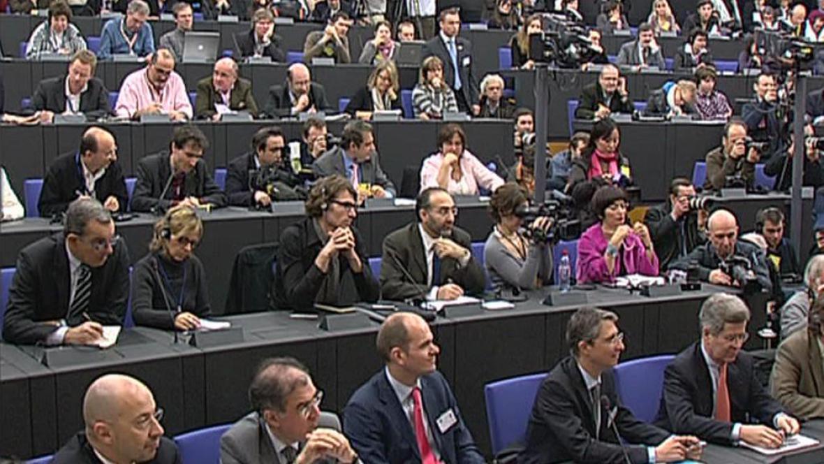 Europoslanci při jednání v Bruselu