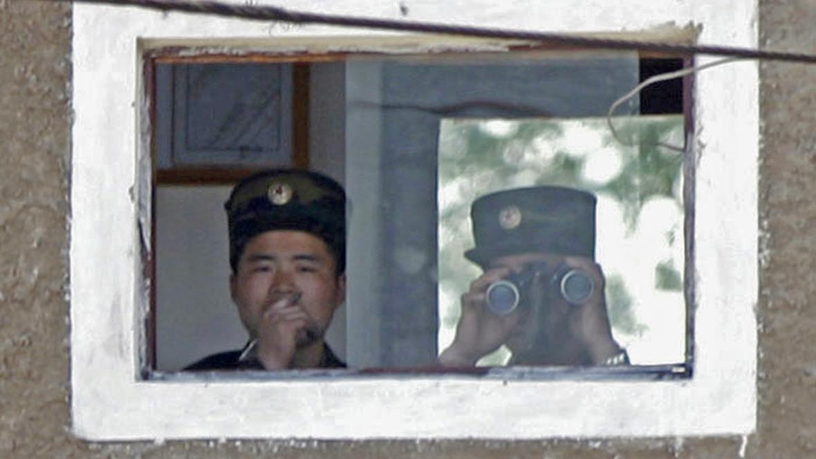 Severokorejští vojáci na hranici s Čínou