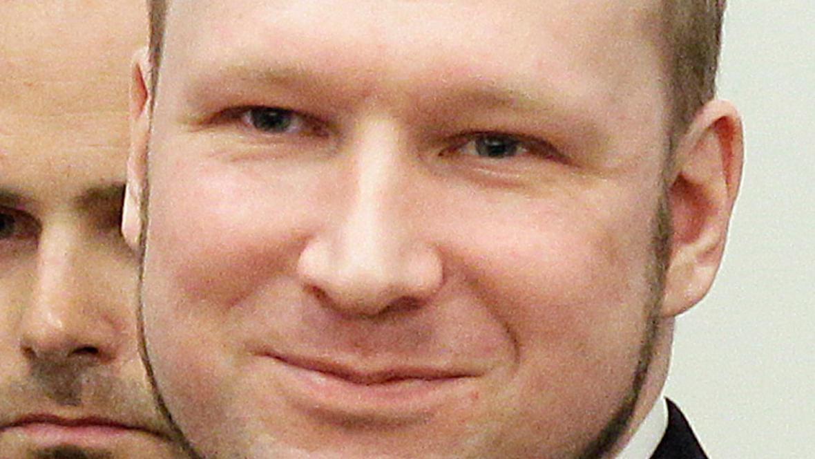 Anders Breivik po příchodu k soudu před vynesením rozsudku