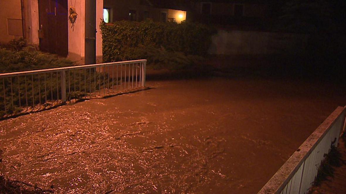 Zákolanský potok vytopil na Kladensku několik domů