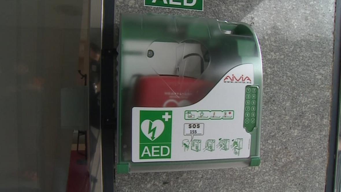 Schránka s defibrilátorem na náměstí Svobody
