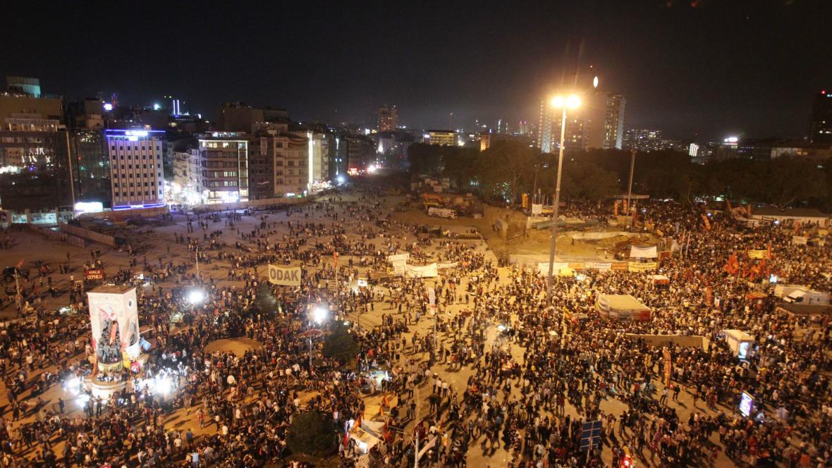 Taksimské náměstí se znovu zaplnilo lidmi