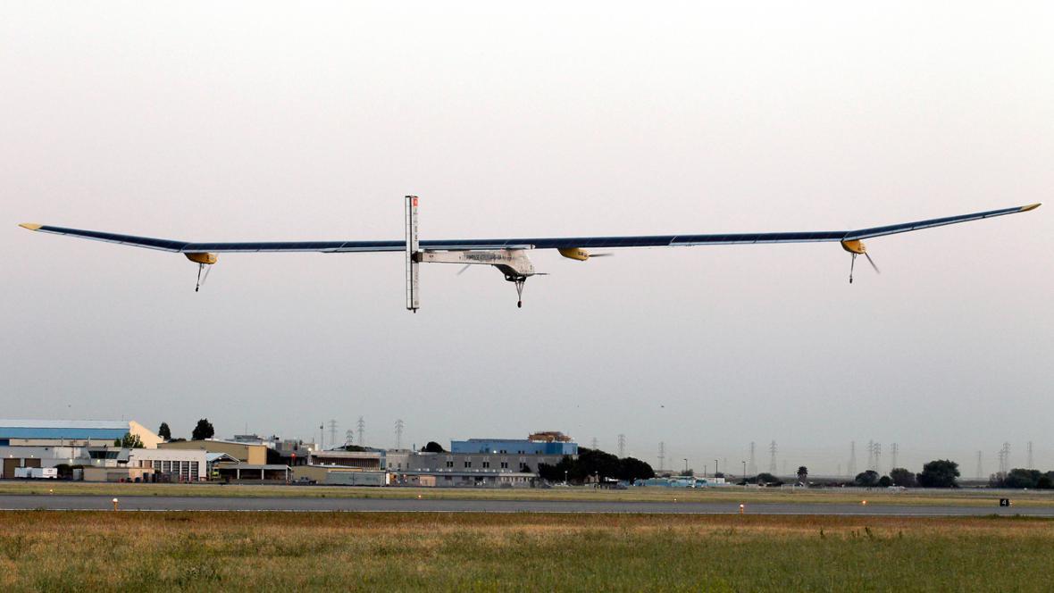 Solar Impulse opouští základnu Moffett