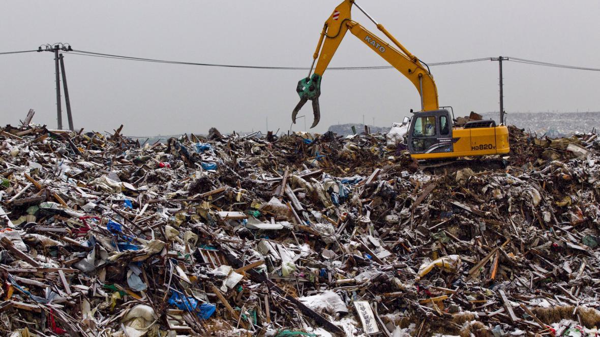 Odklízení trosek po vlně tsunami v Japonsku