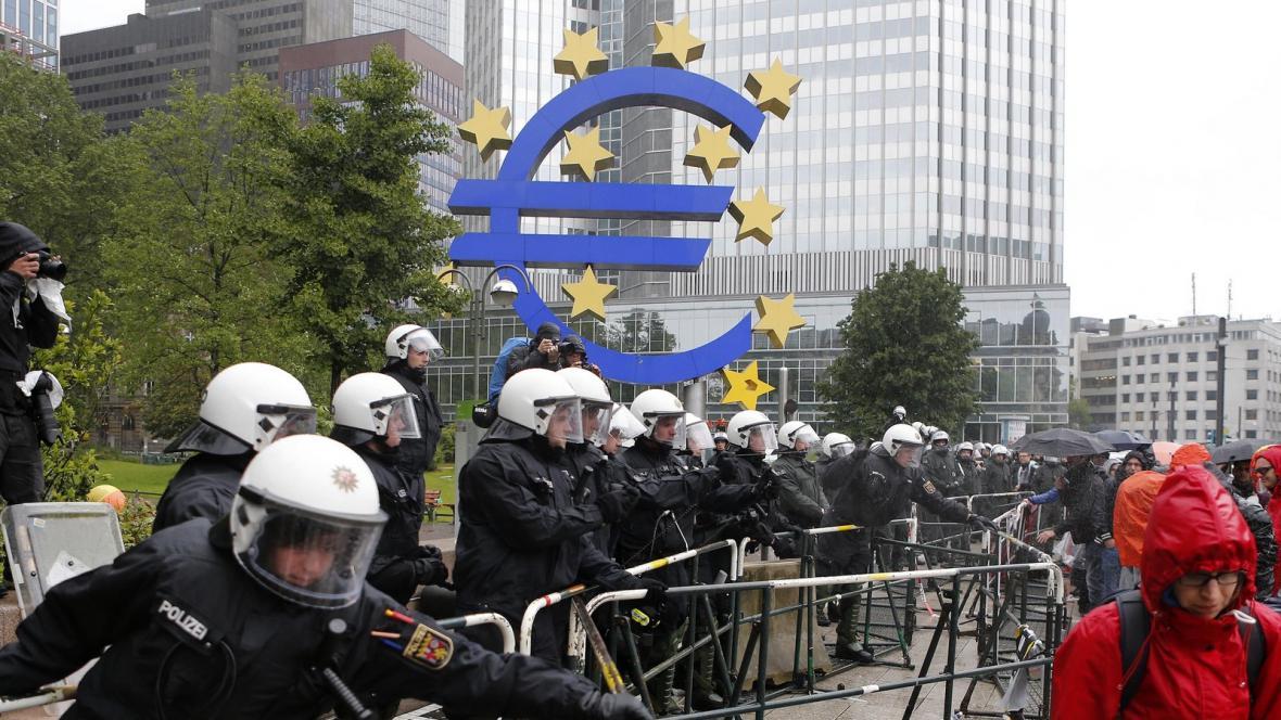 Demonstrace Blockupy před sídlem ECB ve Frankfurtu