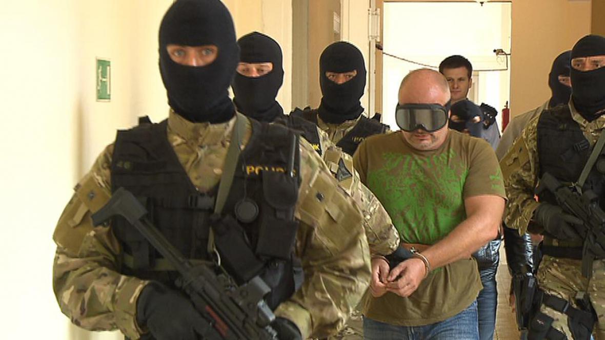 Policie eskortuje Hajna