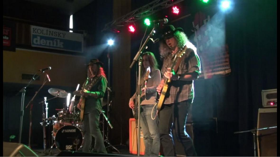 Kapela na festivalu v Kolíně