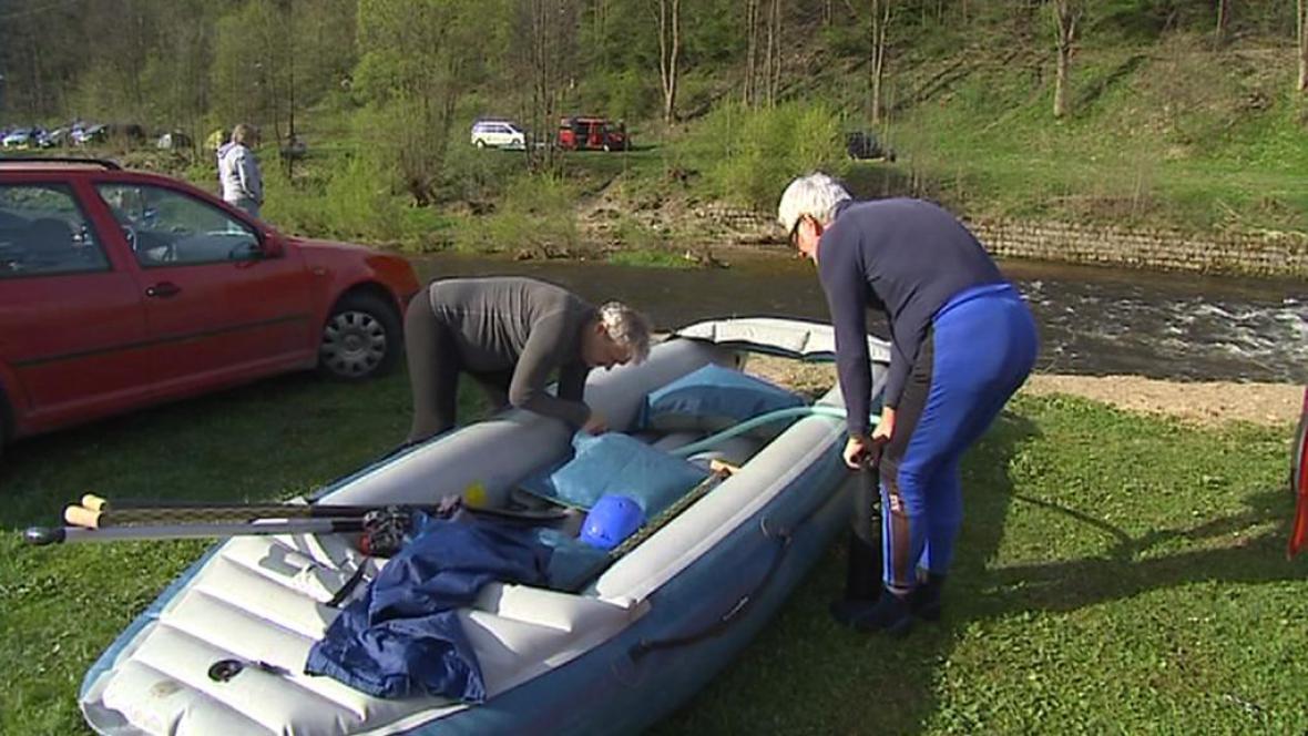 Vodáci připravují raft k plavbě