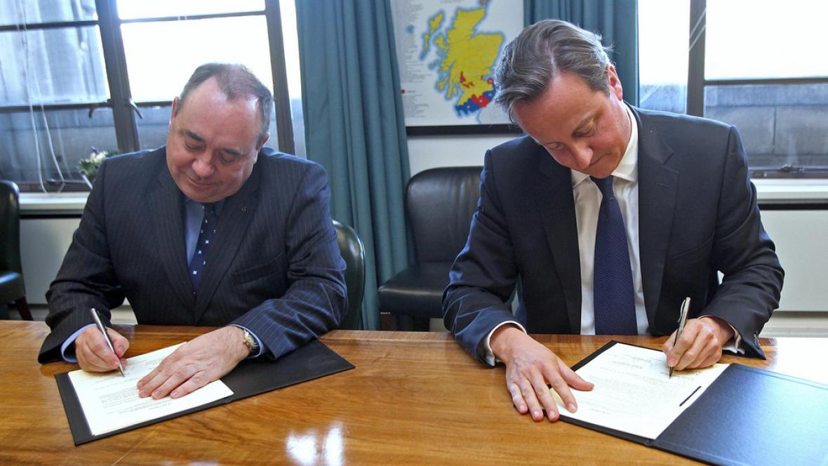David Cameron a Alex Salmond podepsali dohodu o referendu