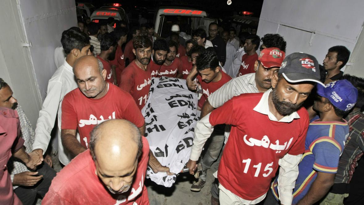 Muži nesou tělo zastřelené pákistánské političky