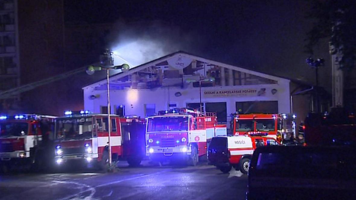 Hasičský zásah při požáru skladu nábytku v centru Děčína