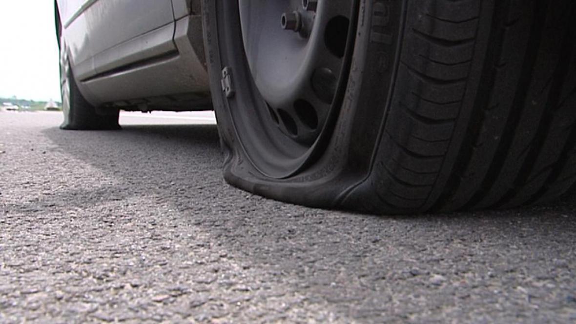Proříznutá pneumatika