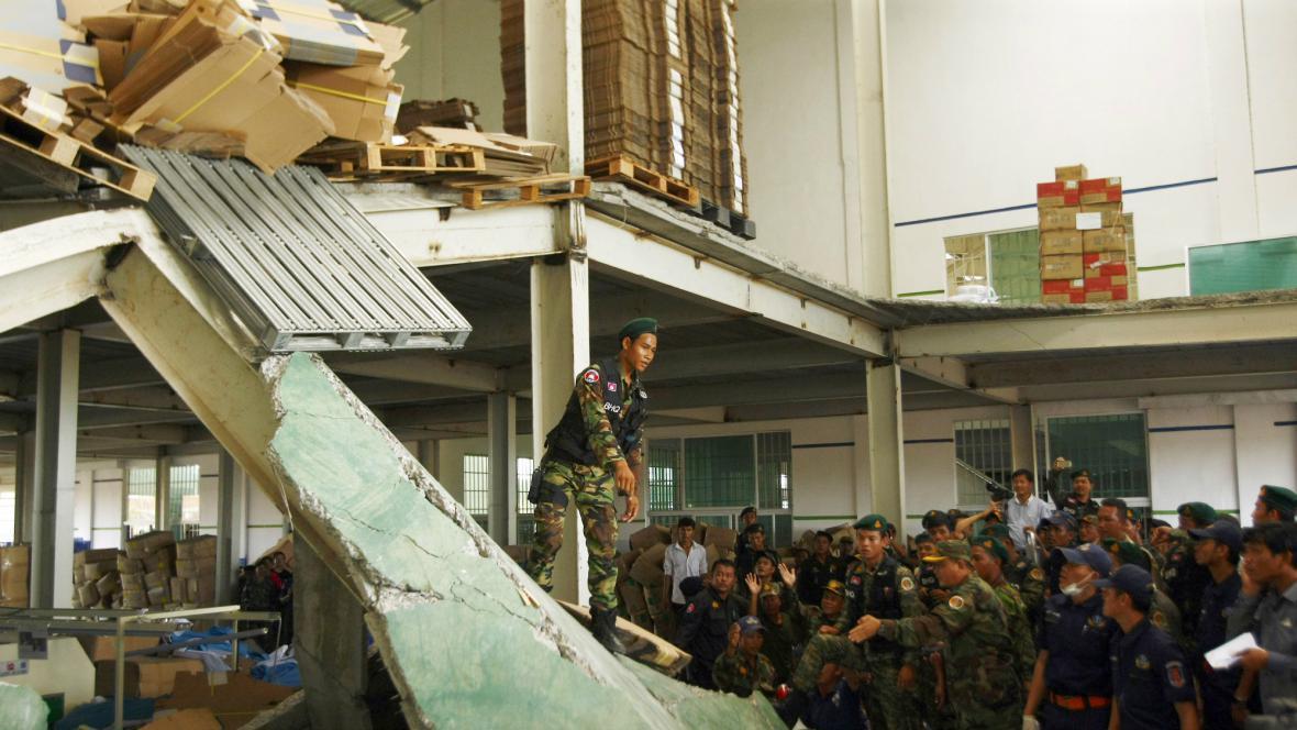 V Kambodži se zřítila továrna na boty
