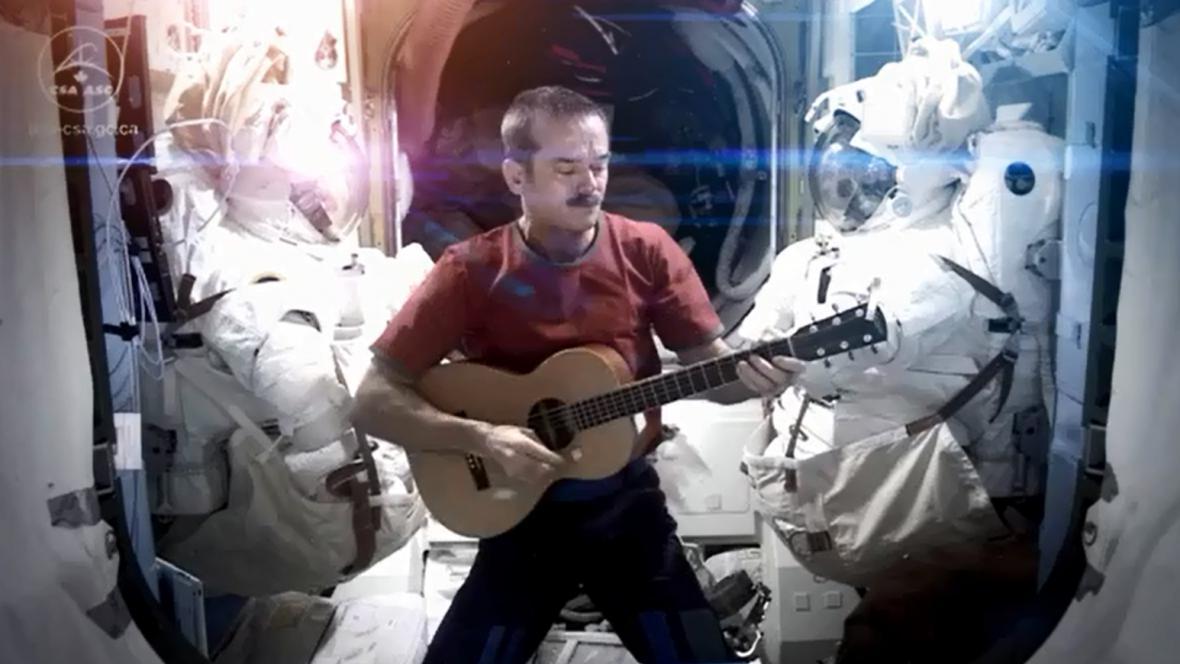 Chris Hadfield zpívá na ISS