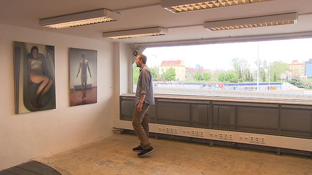 Jan Mikulka se svými obrazy