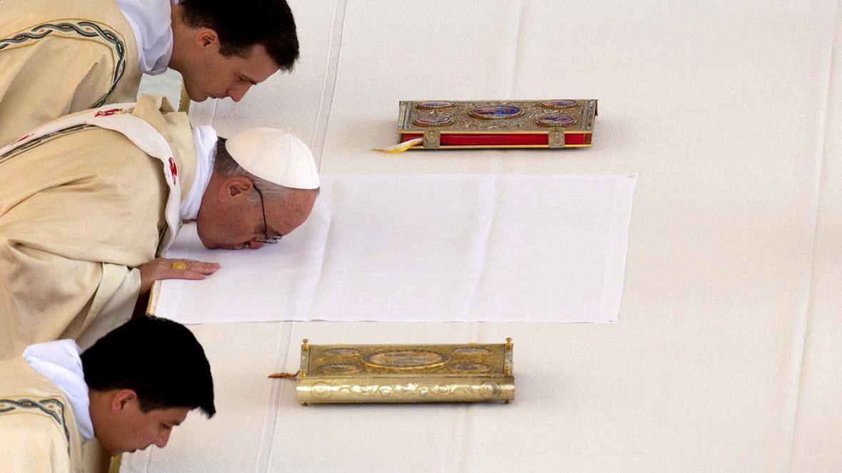 Papež František poprvé svatořečil