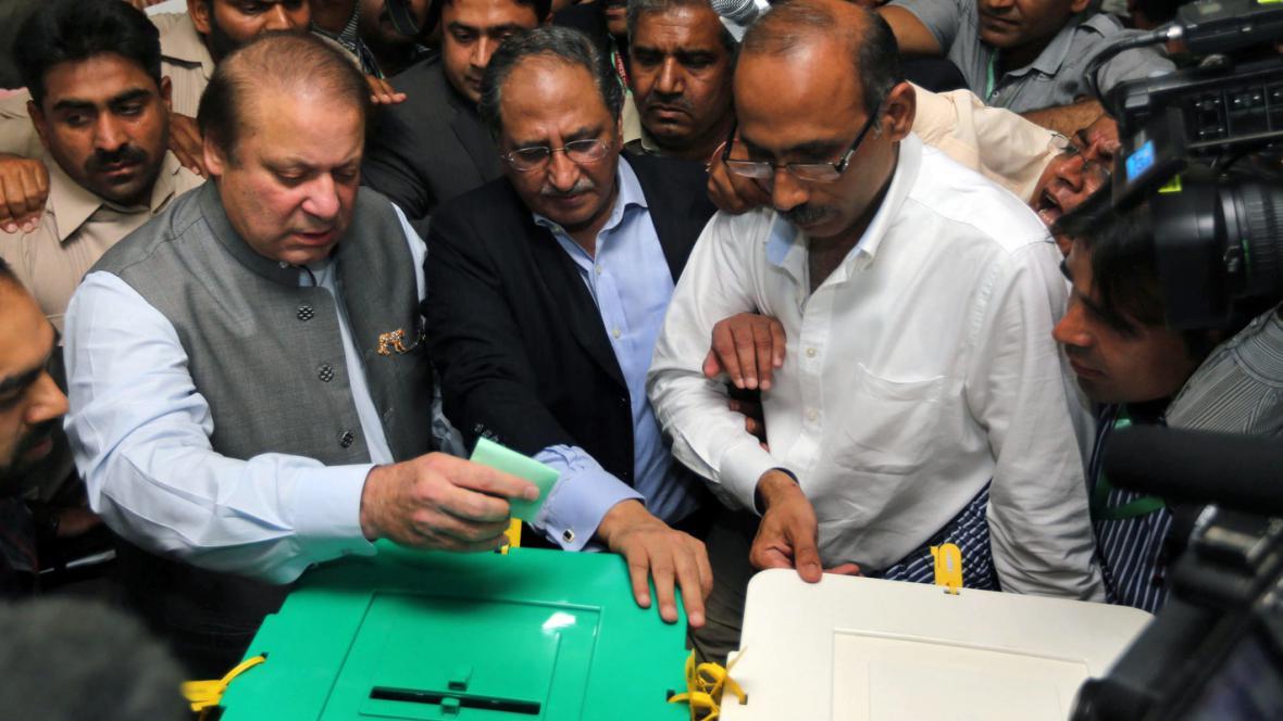 Naváz Šaríf (vlevo) u volební urny