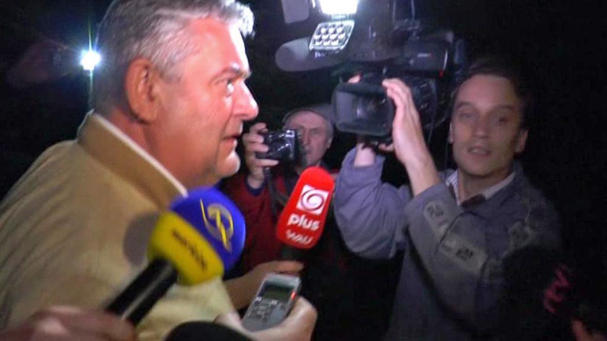 Ján Slota opouští policejní oddělení v Čadci
