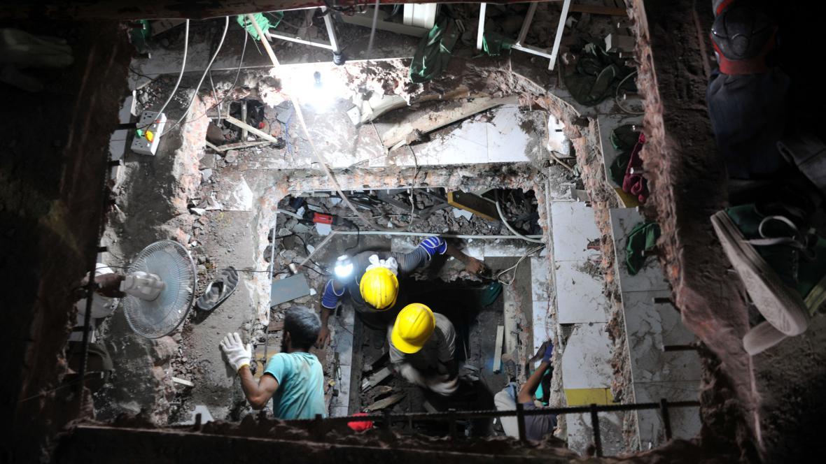 Záchranáři hledají v troskách zřícené továrny přeživší