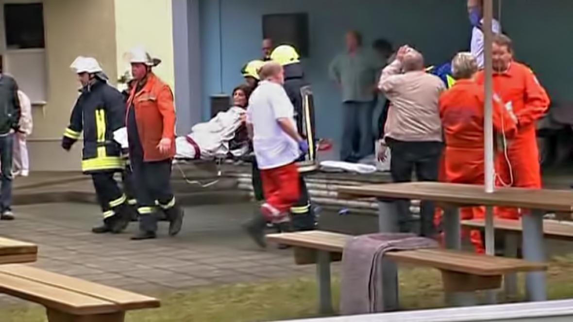 Záchranáři odnášejí postižené po úderu blesku