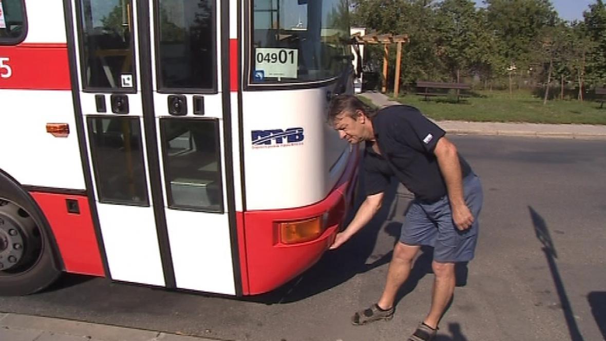 Řidič autobusu si zapamatoval SPZ auta agresivního řidiče