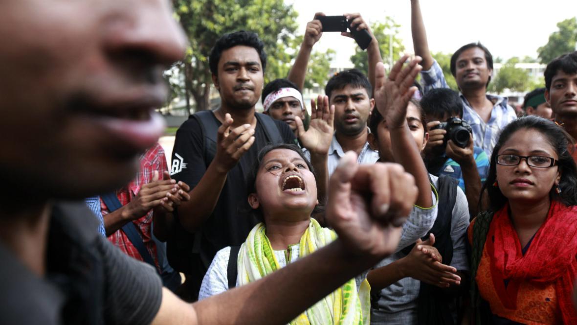 Studenti oslavují rozsudek nad Muhammadem Kamaruzzamanem