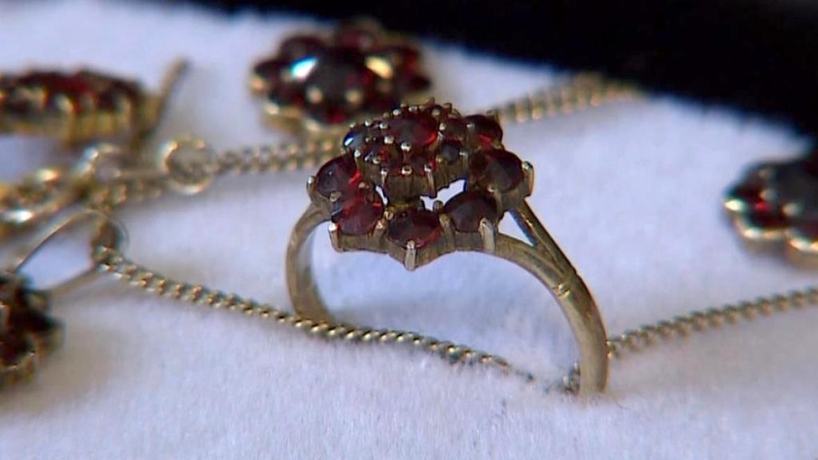 Zlaté šperky s českými granáty