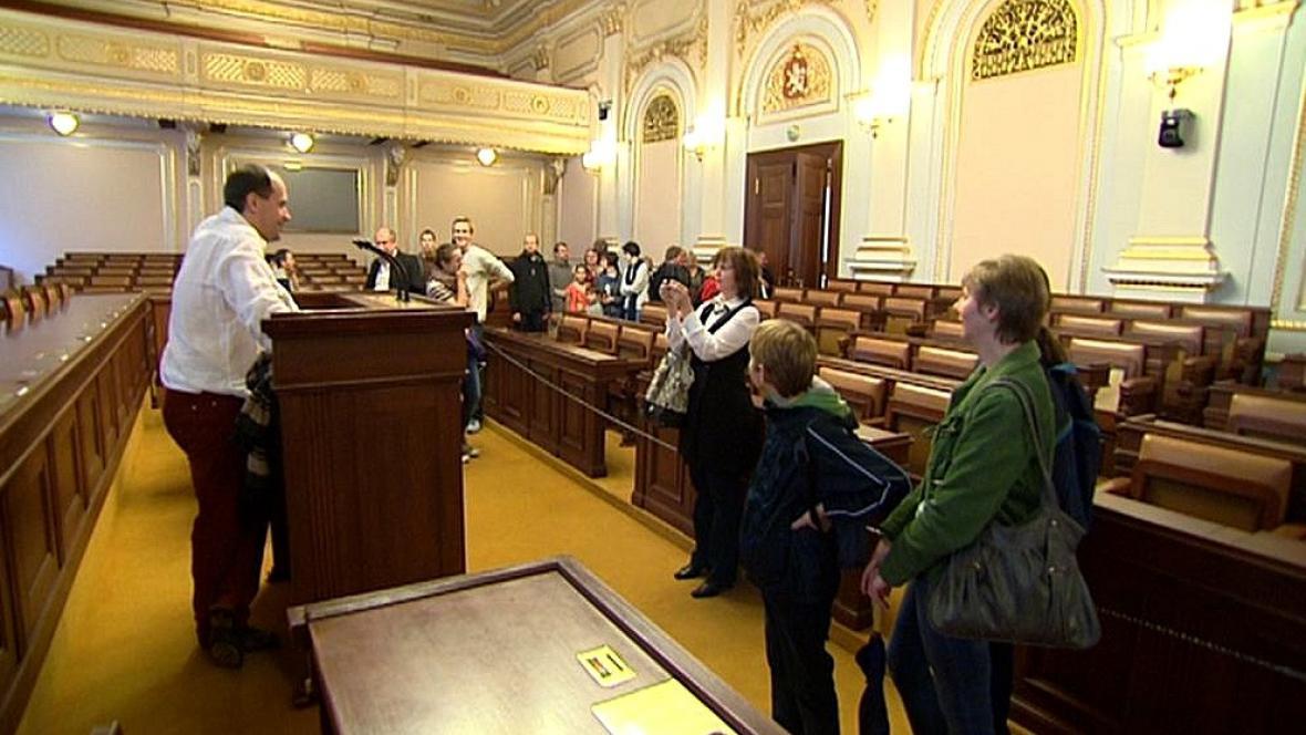 Lidé u řečnického pultu ve sněmovně