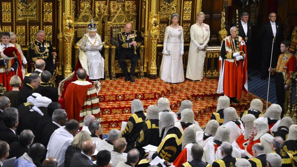 Královna Alžběta II. při projevu v parlamentu
