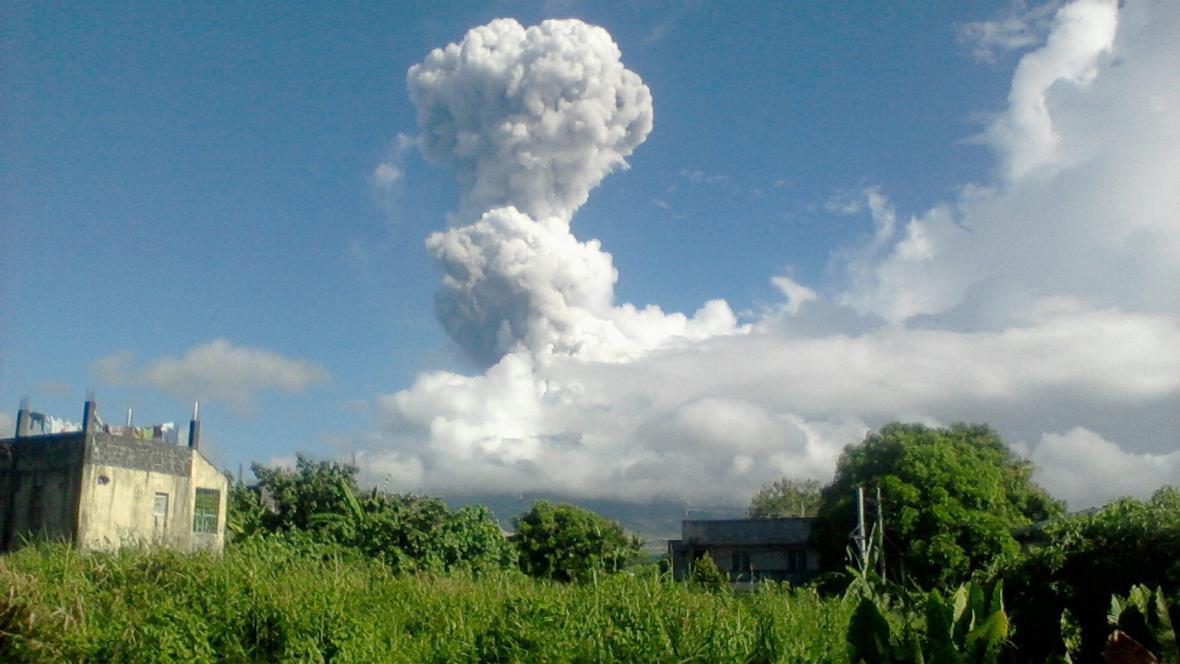 Sopka Mayon začala chrlit kameny a popel