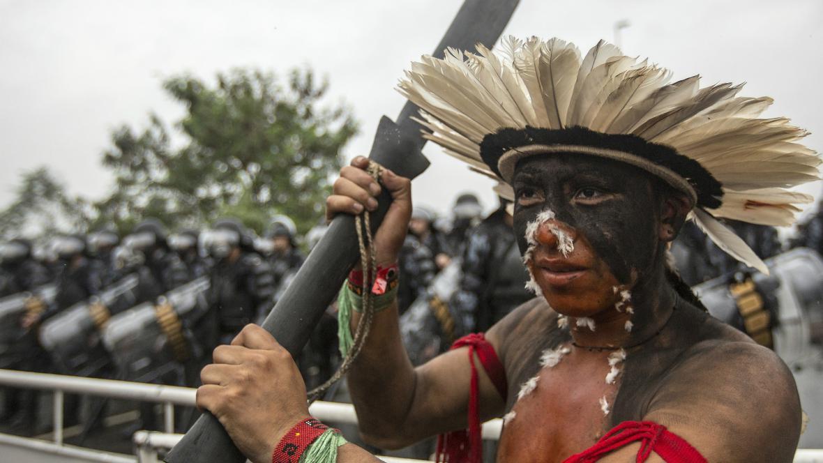 Indiáni se bouří proti stavbě Belo Monte