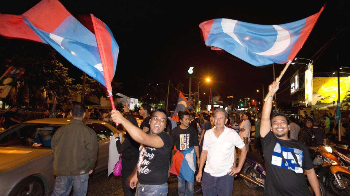 Příznivci vládní koalice slaví volební vítězství