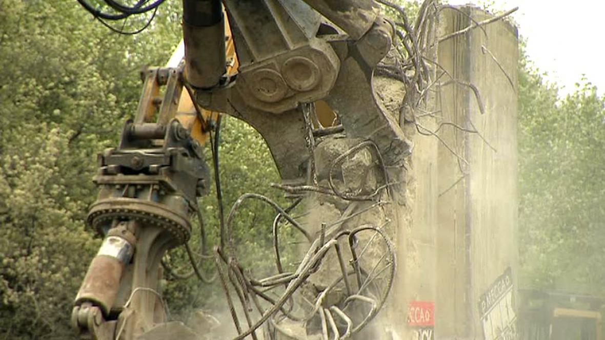 Obří hydraulické nůžky demolují most nad pražskou Jižní spojkou