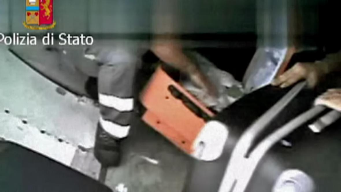 Italské vykradače kufrů zachytila kamera v nákladním prostoru