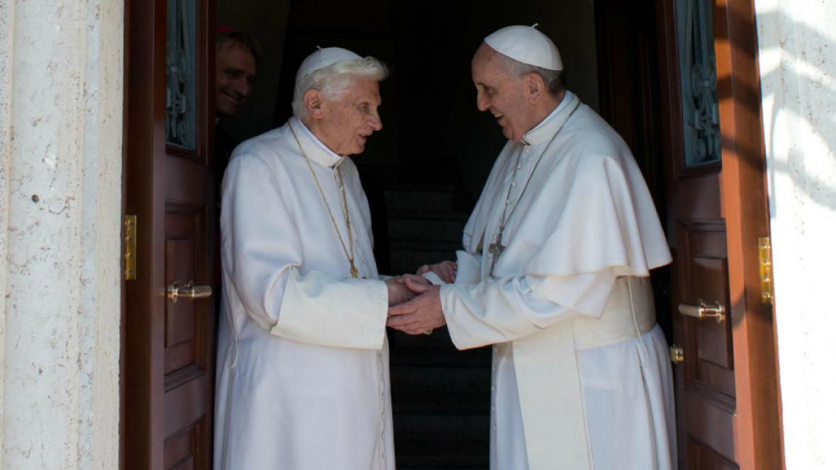 Papež František přivítal Benedikta ve Vatikánu