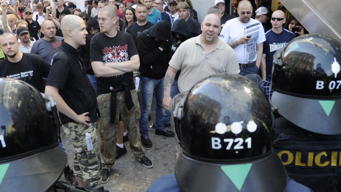 Policie odděluje anarchisty a příznivce DSSS
