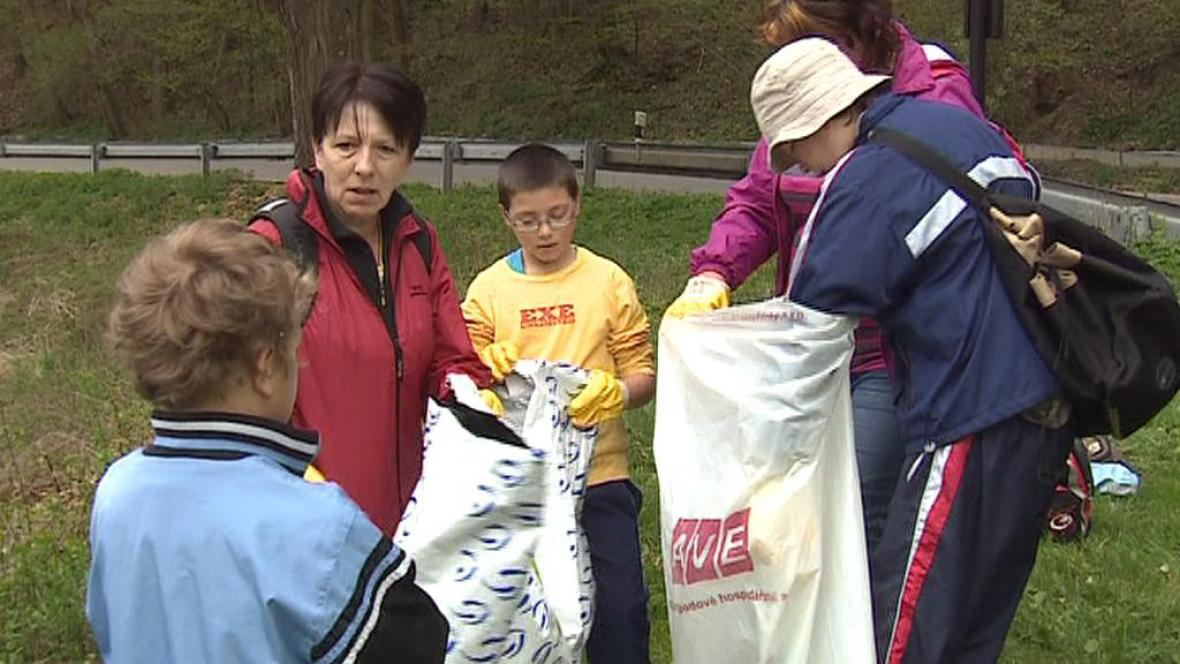 Dobrovolníci čistí Moravský kras