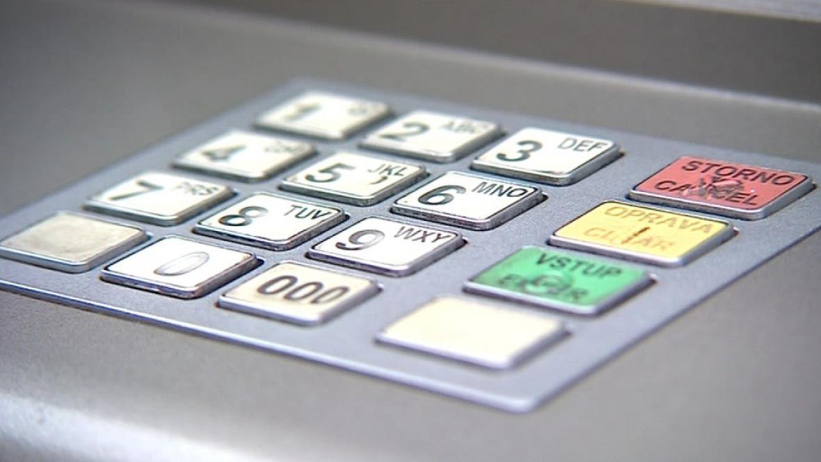 Lidé by měli být při výběru z bankomatu obezřetní