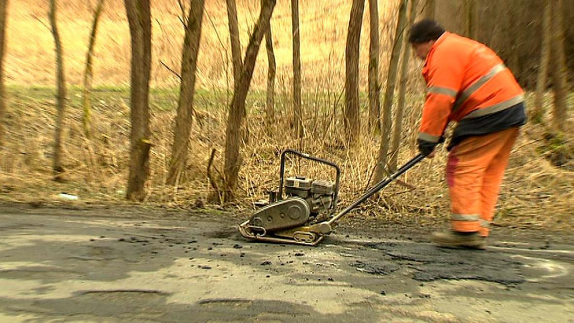 Oprava silnice studenou směsí